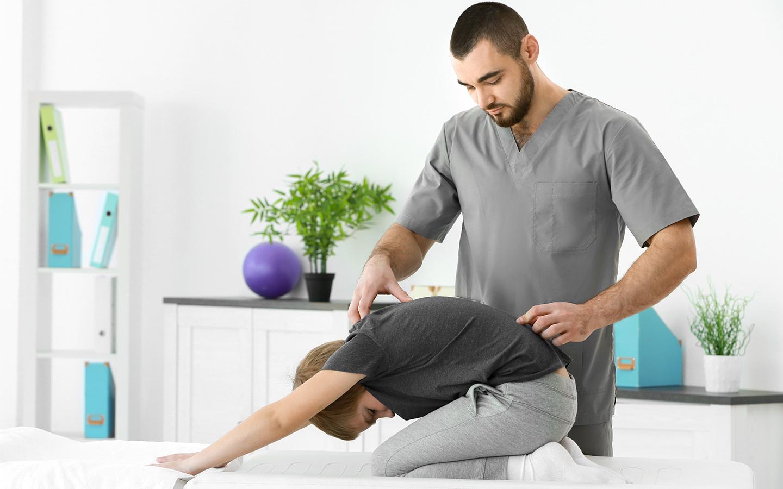 مساعدة للعمل في عيادة العلاج الطبيعي